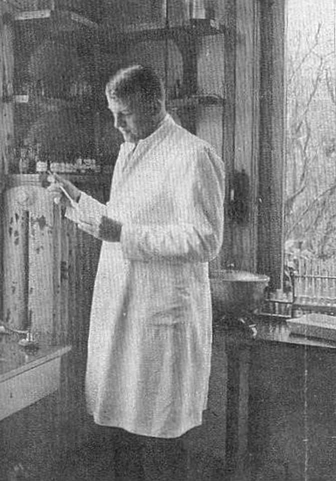 J.H. Smidt van Gelder in his laboratory in the Children's Hospital Arnhem