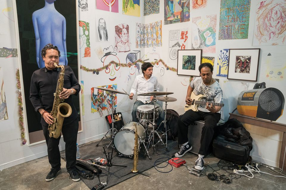 Blue chip does not mean boring: the artists Spencer Sweeney and Urs Fischer transplanted the free studio-slash-jam-session they run in New York to Karma's stand at Zona Maco