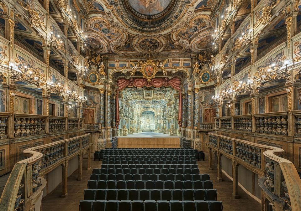 Whilst reconstruction was kept to a minimum, the stage had to go under significant change. A new backdrop and curtain were created based on comprehensive art-historical research. The backdrop, designed by Carlo Bibiena for the inaugural opera in 1748, has also been reconstructed, visible through the main curtain and curtains framing the stage.