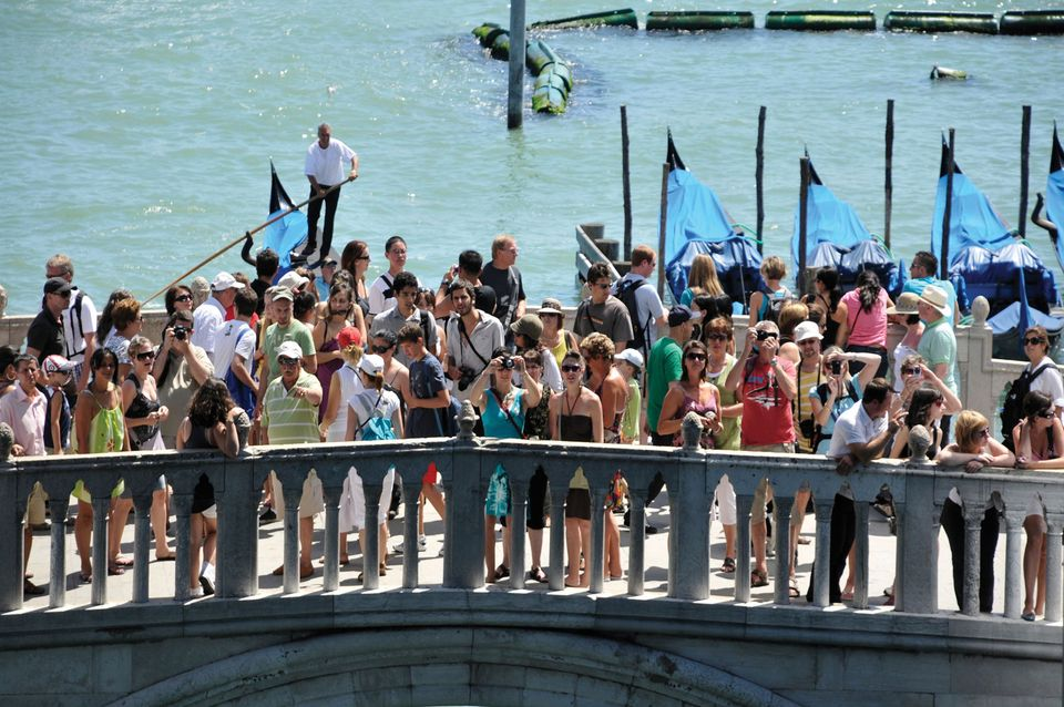 Tourists on the Ponte della Paglia