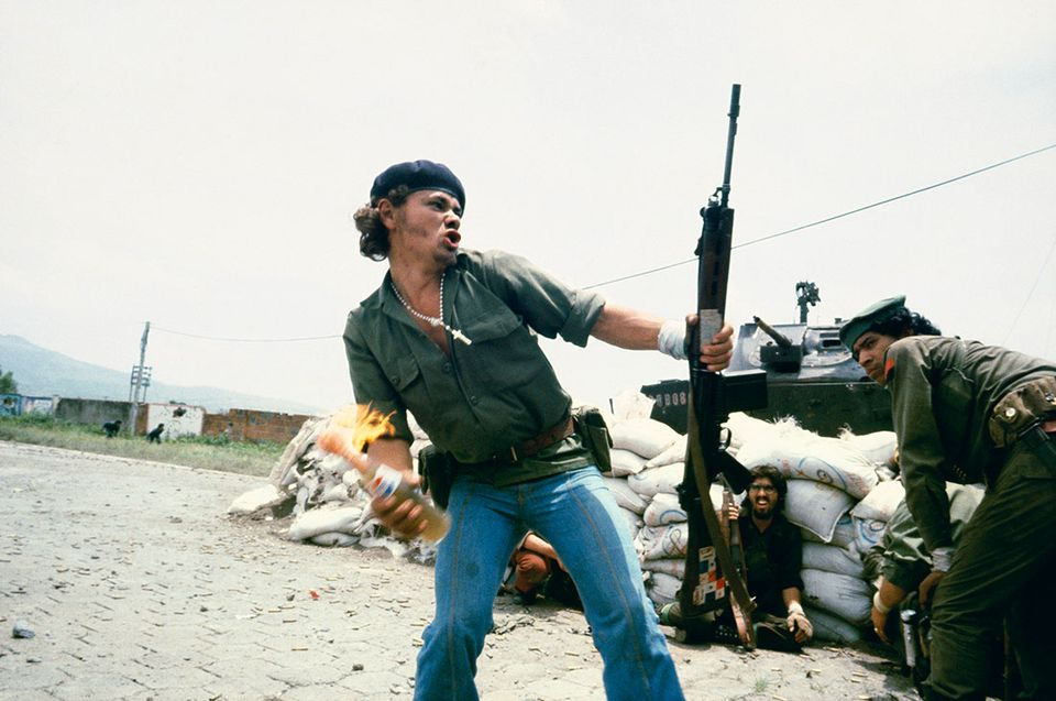 Susan Meiselas, Sandinistas at the walls of the Esteli National Guard headquarters, Nicaragua, 1979