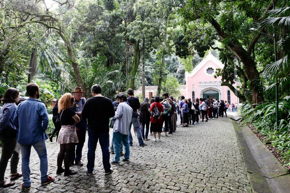Fabio Szwarcwald, the director of Parque Lage, says that the 5,000 visitors came to the opening of Queermuseu at the School of Visual Arts Parque Lage on Saturday and 3,000 on Sunday. The wait time to enter the show was about an hour and half