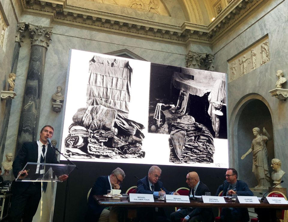Christian Greco of Turin's Museo Egizio at the lectern, showing the linen found in the tomb of Kha