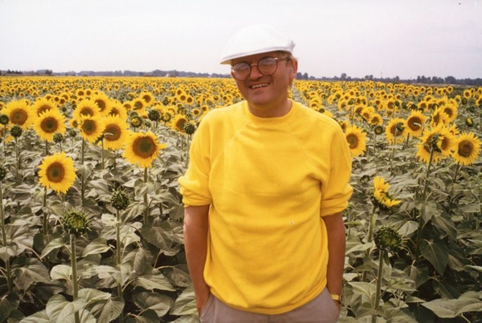 Lucien Clergue, David Hockney in the sunflowers near Arles (1985)