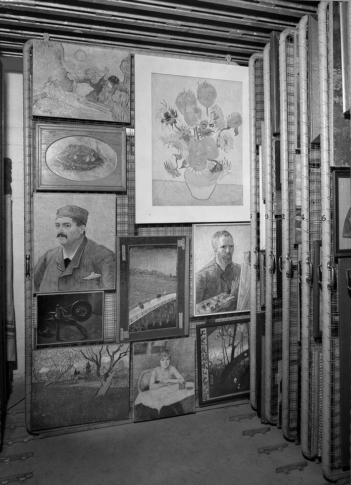 Paintings stored by the Stedelijk Museum in the Castricum bunker, around 1940