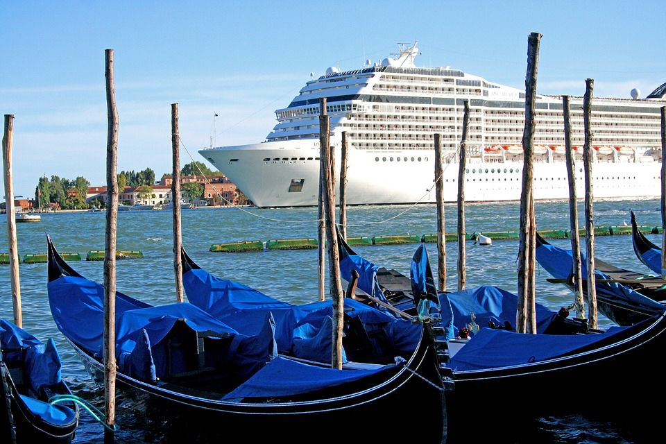 The cost will be incorporated into tickets of tourists who arrive by cruise ship, in water taxis and by plane or train